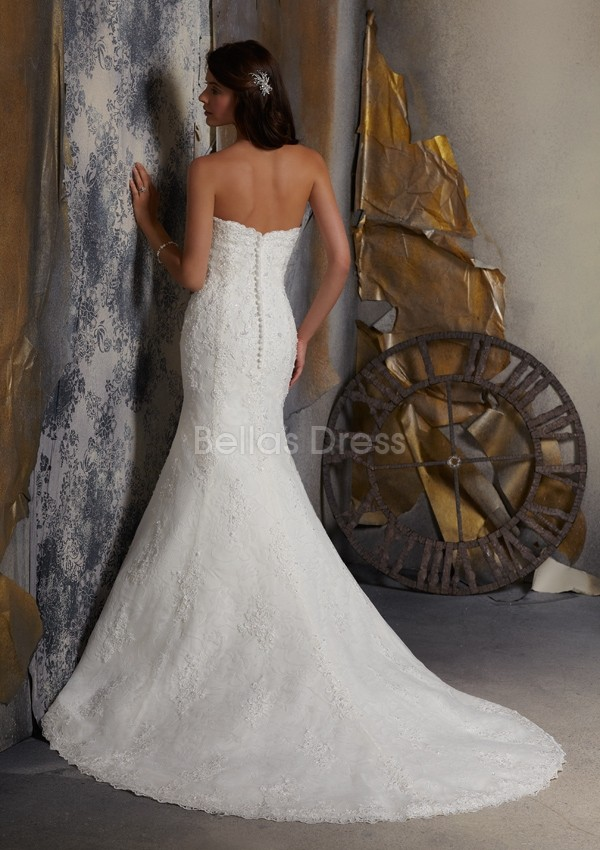 vintage lace wedding dress with sweetheart neckline
