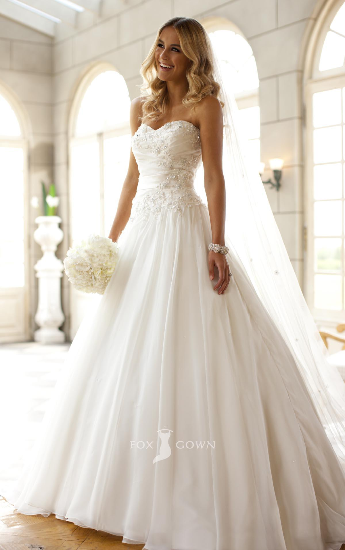 Strapless sweetheart ball gown wedding dress with for Sweetheart halter wedding dress