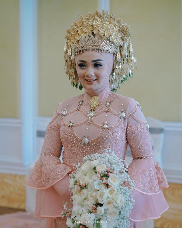 Muslim Wedding Dress With Pink Brocade And Bell-shaped Sleeves
