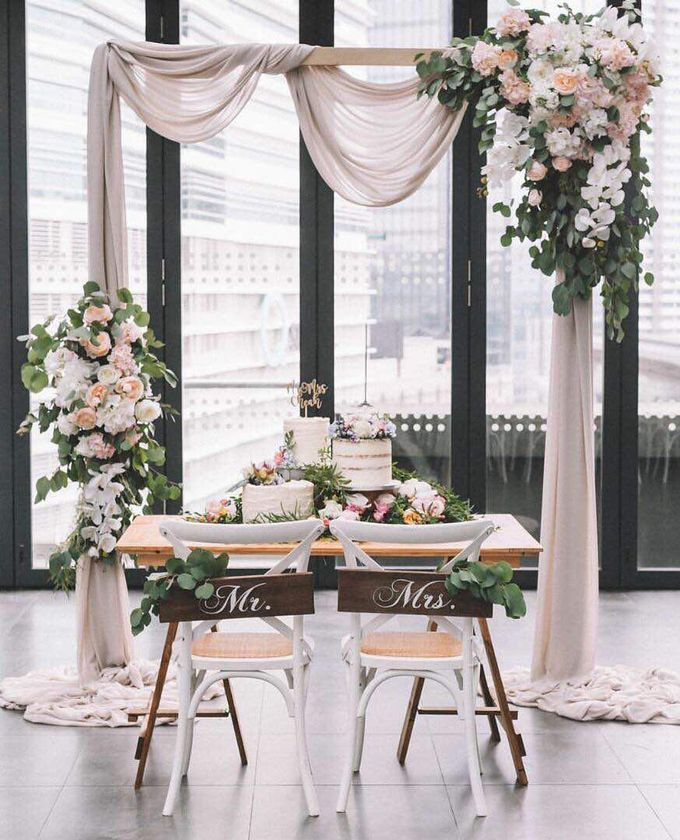 Simple Wedding Decoration Idea With White Chairs